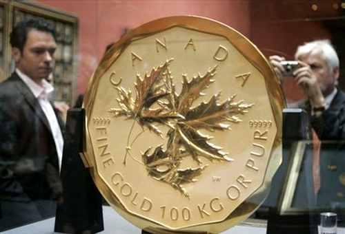 Посетители музея с золотой монетой 1 миллион долларов