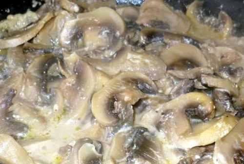 Жареные грибы с луком и сметаной