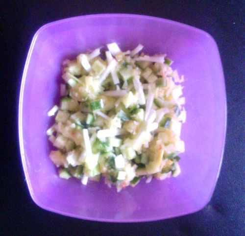 Готовый салат из огурца и сельдерея